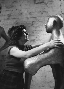 """Alina Szapocznikow z rzeźbą """"Młodzieniec"""". Źródło: artmuseum.pl"""