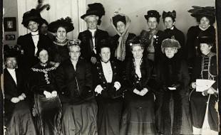Käthe Schrimacher na Kongresie Światowego Związku Praw Wyborczych Kobiet. Zdjęcie z ok. 1904 roku.